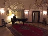 Christopher entspannt in der Hotellobby nach dem Auftritt